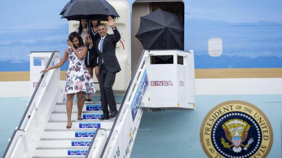 BESØKER CUBA:Her kommer USAs president Barack Obama, kona Michelle og døtrene Sasha og Malia ned flytrappa etter landing på José martí-flyplassen i Havanna. Foto: Michael Reynolds/EPA