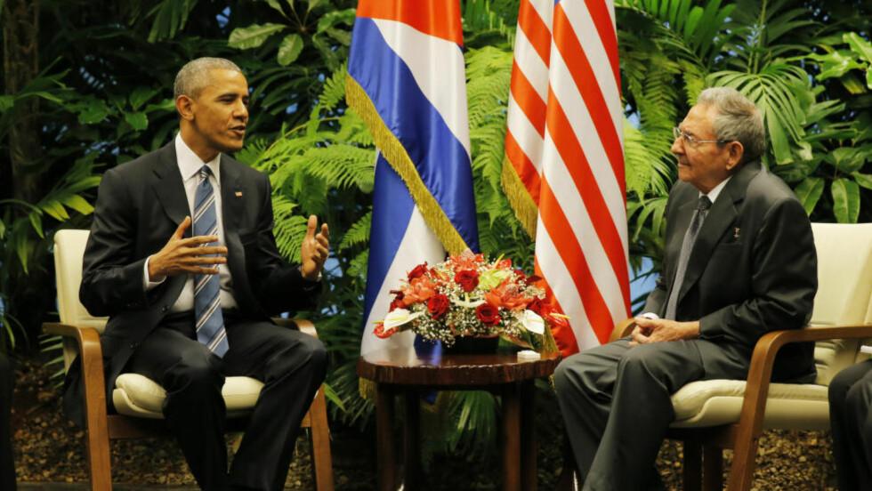 FØRSTE MØTE: USAs president Barack Obama på plass i Revolusjonspalasset hos Cubas president Raúl Castro. Presidentene har møttes tre ganger tidligere, i Sør-Afrika, i Panama og i New York, men dette er første møte på cubansk jord. Foto: Carlos Barria /Reuters / NTB Scanpix