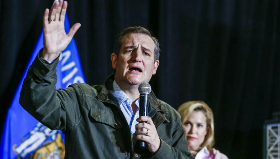 BESKYLDES FOR UTROSKAP: Ted Cruz, med sine kone Heidi i bakgrunnen, hevder det er Donald Trump som står bak skandalesaken i National Inquirer.  Foto: EPA/TANNEN MAURY