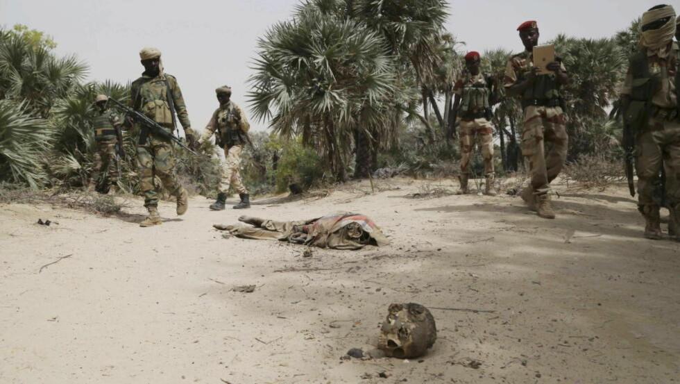 HENRETTET: Soldater fra Niger og Tsjad fant minst 70 lik da de inntok Damasak i fjor. Flere av likene var halshugget. Likene var hovedsakelig av voksne. Rundt 300 barn og 100 kvinner er sporløst borte. Foto: Emmanuel Braun/Reuters