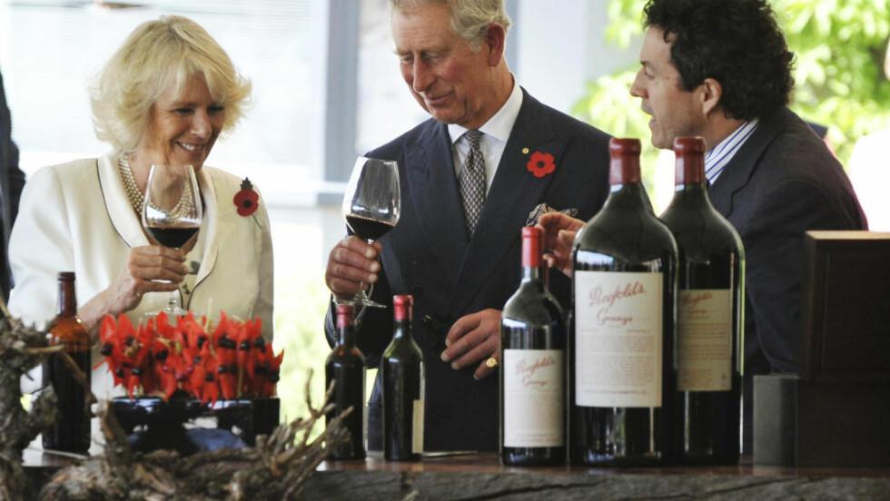 KONGELIG: Storbritannias prins Charles og hustru Camilla, hertuginne av Cornwall, får her gleden av å smake en Penfold Grange under sin rundtur i Australia i 2012. Til høyre Peter Gago, sjef for Penfolds Magill Estate Winery i Adelaide. Foto: REUTERS / NTB SCANPIX