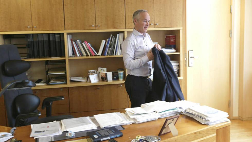 NY HUSLEIEGARANTI:  Kommunal- og moderniseringsminister Jan Tore Sanner (H) har innført en ny husleiegaranti som skal sikre utleier bedre når de leier ut til flyktninger og andre vanskeligstilte i boligmarkedet.  Foto: Vidar Ruud / NTB scanpix