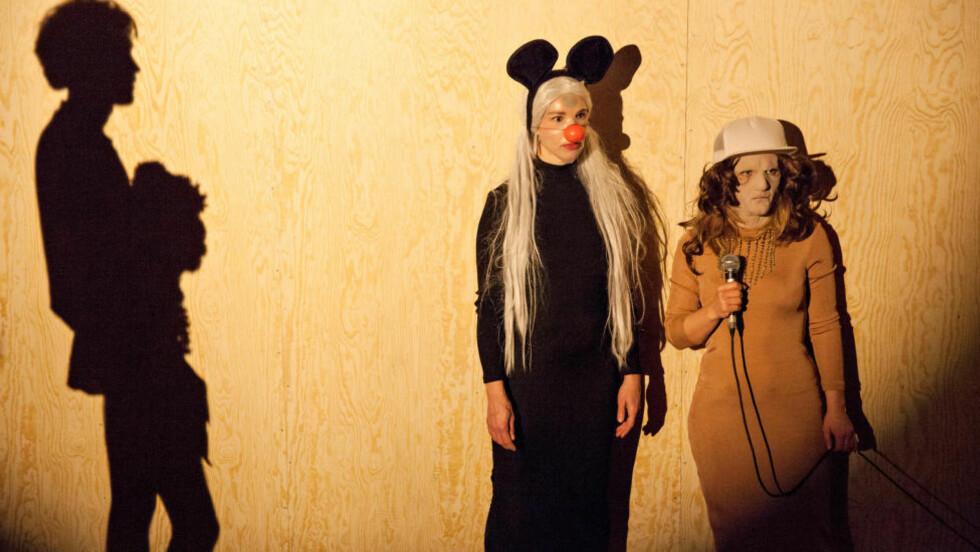 NAIVISTISK-FILOSOFISK: (Skyggen av) Espen Klouman Høiner, Saila Hyttinen og Solveig Laland Mohn i «Beat The Drum: Wishful Beginnings». Foto: Ingrid Eggen, Black Box Teater