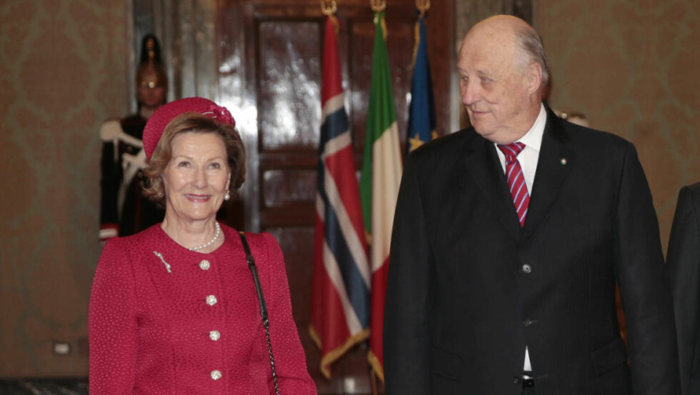 Kong Harald og dronning Sonja ankommer Palazzo del Quirinale og mottagelsen til president Sergio Mattarella i forbindelse med statsbesøket i Italia 5-8 april 2016. Foto: Lise Åserud / NTB scanpix