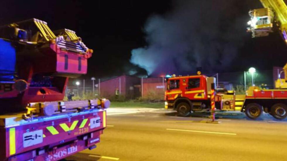 -DRAPSFORSØK: Det brenner i flere skolebygg ved den arabiske friskolen Al-Salamah-skolen i Malmø i Sverige. Det skal ha blitt hørt en eksplosjon like før flammene ble synlige, og politiet mistenker at brannen er påsatt. En politimann holdt på å bli påkjørt da han forsøkte å stoppe det politiet mener var en fluktbil. Foto: Mikael Nilsson