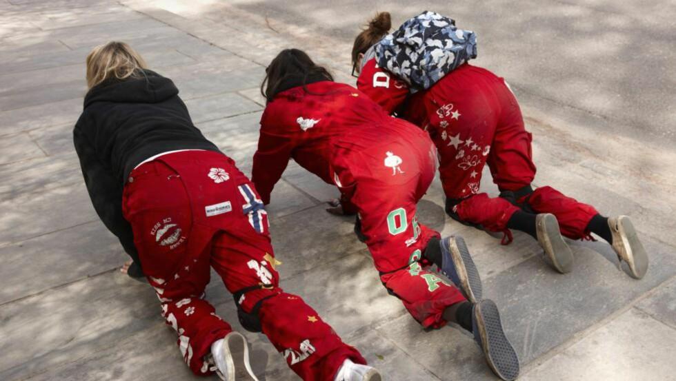 FEST OG MORO: For de fleste er russetida heldigvis bare fest og moro. Her krabber tre russejenter opp mot slottet i 2011 for å få knute i russelua.  Foto: Kerstin Mertens/Samfoto