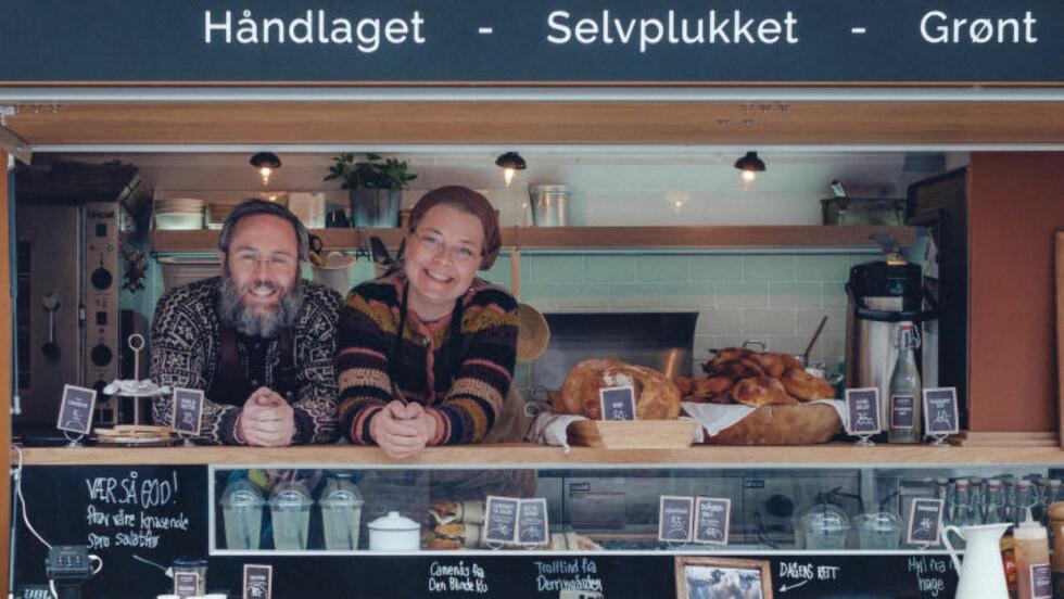 KOMMER TIL BYEN:  «Anne på landet» alias Anne Gravingen og Bendik Romstad, drar jevnlig fra Svartskog til Oslo med sandwicher, kaker og kanelboller, saft og supper på råvarer de selv har sanket.  Fra midten av mai finner du dem hver lørdag i godt selskap med andre mattrucker rundt Blå ved Akerselva. Det er også planer for at bilene kan samles på Youngstorget hver torsdag utover sommeren. Foto:BYAKSEL