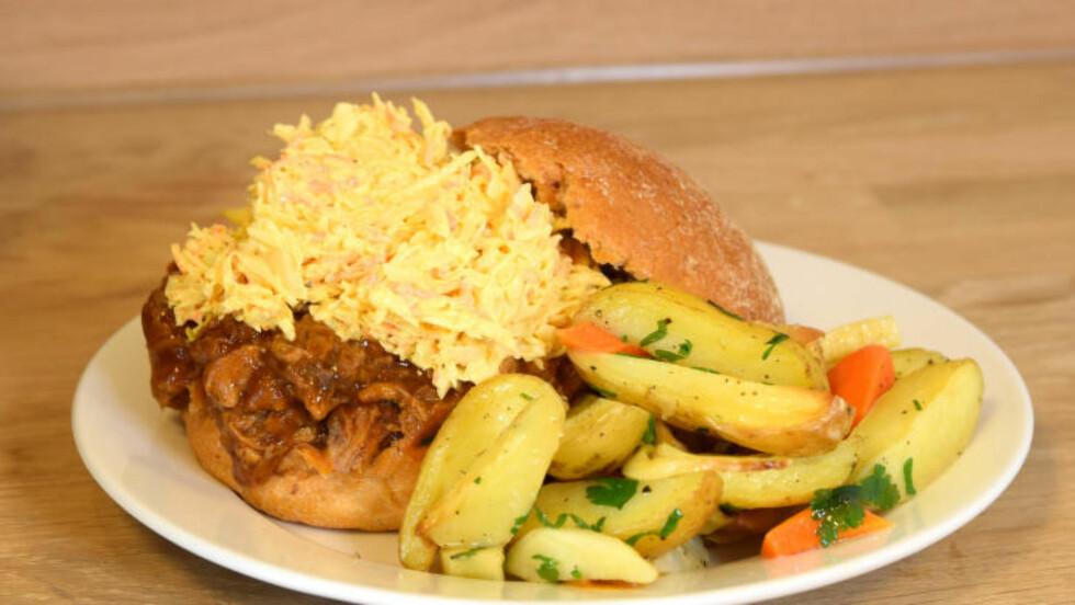 VOLDSOMME PORSJONER: Det er godt, men vi hadde blitt mer enn mette av halv porsjon pulled pork og coleslaw. Foto: ELISABETH DALSEG