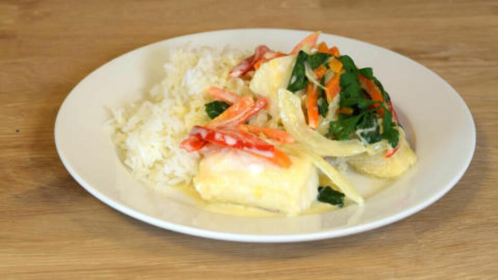 LANGE I GRØNN CURRY: Ukens første middag har god smak av grønn curry, men de kunne godt dratt på litt med krydderet. Vi skulle også gjerne sett litt flere grønnsaker. Foto: ELISABETH DALSEG