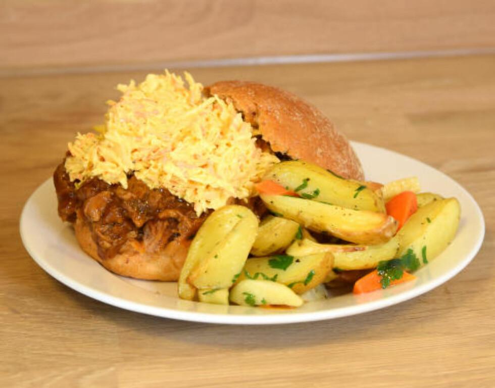 PULLED PORK BURGER: Det var så mye kjøtt og coleslaw at vi begynte å le da vi skulle montere hamburgeren. Men godt, det smakte det. Og vi likte at coleslawen hadde knepen mengde majones (slik den skal være) og ikke var overlesset, slik det ofte er i Norge. Foto: ELISABETH DALSEG