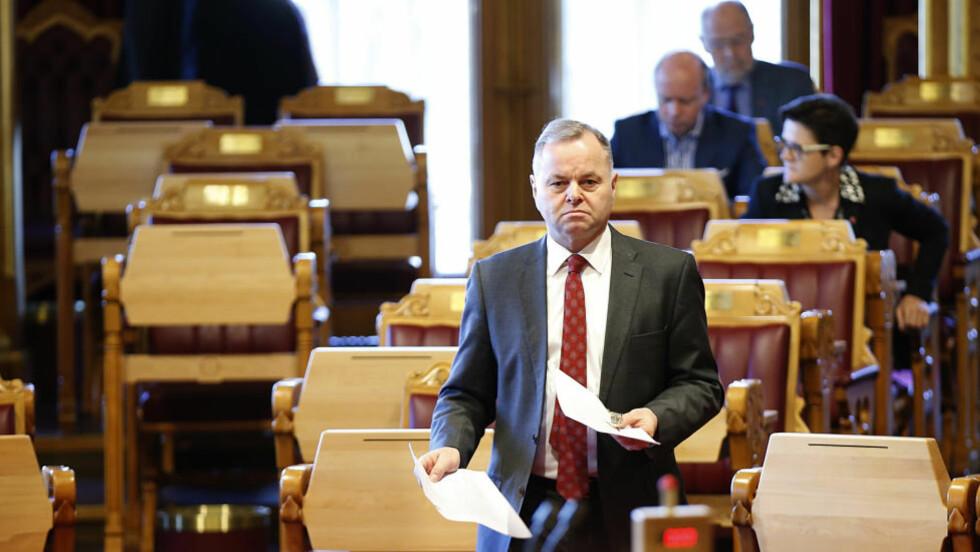- BEKLAGER:  Stortingspresident Olemic Thommessen (H) på vei til Stortingets talerstol tirsdag Han beklaget at han ikke hadde oppgitt aksjer etter regelverket.. Foto: Vidar Ruud, NTB Scanpix.