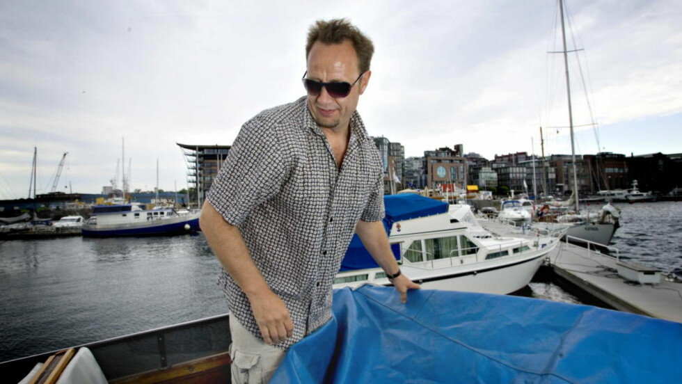 BLIR JAGET PÅ SJØEN: «Nitimen»s Pål Thoresen synes å være Norges mest forhatte mann akkurat nå etter at han fleipet på lufta i et humorløst Norge. Heldigvis har han båt, og kan rømme til havs, der er det få sykliser og færre moralister - har vi hørt. Foto: Bjørn Langsem