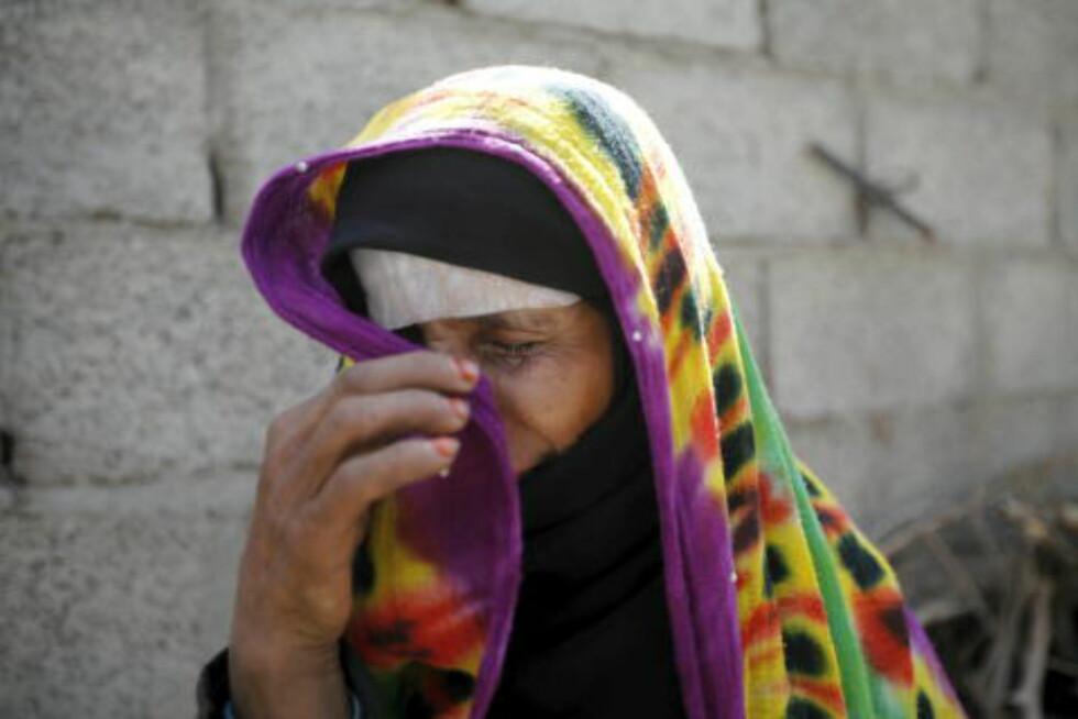 HUS BOMBET:  En kvinne gråter etter at huset hennes ble bombet og ødelagt av et saudi-ledet angrep i Jemens hovedstad Sanaa. Foto: Mohamed al-Sayaghi / Reuters / Scanpix