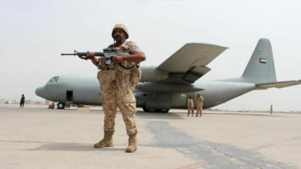 EMIRATENE I JEMEN:  Det er Saudi Arabia som leder an i krigen i Jemen, men også De forente arabiske emiratene er aktivt med. I fjor solgte Norge militært utstyr til landet for 38 millioner kroner. På bildet står en soldat fra Emiratene vakt foran et av landets militærfly, som er utplassert i Jemens sørlige havneby, Aden. Foto: Nasser Awad / Reuters / Scanpix