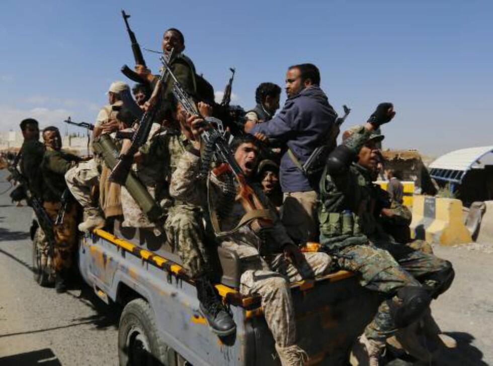 I KRIG:  Bevæpnede medlemmer i den såkalte houthi-militsen, som kriger mot den saudi-ledede koalisjonen i Jemen. Foto: Yahya Arhab / Epa / Scanpix