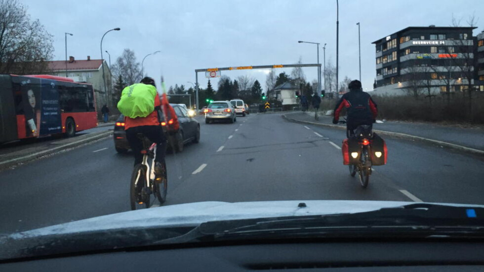 IRRITERES: En ny undersøkelse, gjennomført av TNS-Gallup på vegne av Trygg Trafikk, viser at konfliktnivået mellom bilister og syklister på norske veier er skyhøyt. Rundt 80 prosent av alle landets syklister og bilister irriterer seg over hverandre. Illustrasjonsfoto: Frank Karlsen / Dagbladet
