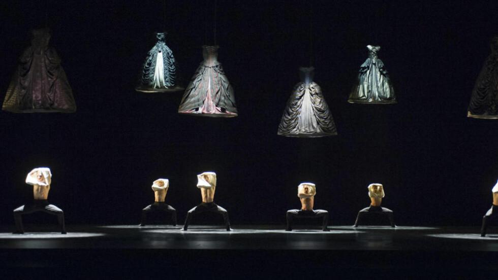 MENN MED NOIA: Mannlige dansere poserer og knuffer under skjørtene på tunge brokadekjoler i «Sarabande». Foto: Jörg Weisner / Det Norske Opera og Ballett.