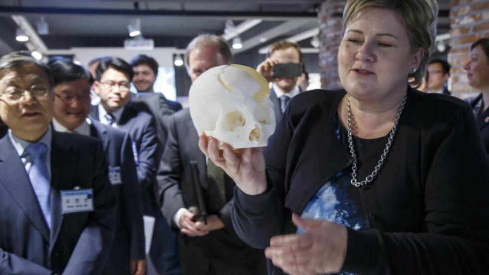 BRUK HODET: Statsminister Erna Solberg er på tur i Sør-Korea. Hun mener norske bedrifter bør bli langt flinkere til å satse på forskning. Foto: Heiko Junge / NTB scanpix