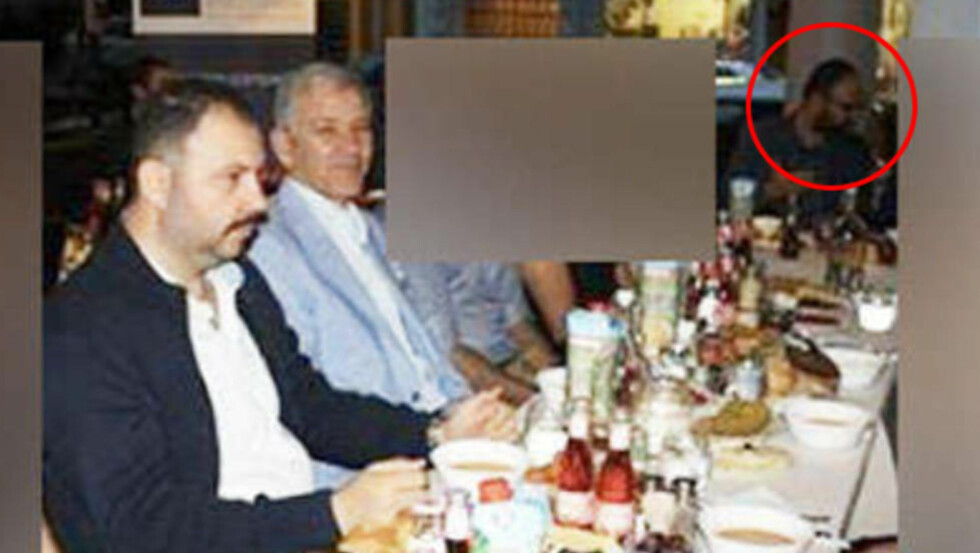 MED HØYREEKSTREME:  På torsdag avslørte svenske Expressen at Kaplan, som er fra det svenske Miljöpartiet, deltok i en middag med den høyreekstreme organisasjonen De grå ulver, en tyrkisk nasjonalistisk ungdomsorganisasjon. Her er Kaplan lengst høyre i bildet. Nærmest i bildet, fra venstre, er Ilhan Senturk, leder av De grå ulvene, og Barbaros Leylani, tidligere nestleder for det Tyrkiske riksforbundet. Foto: Expressen
