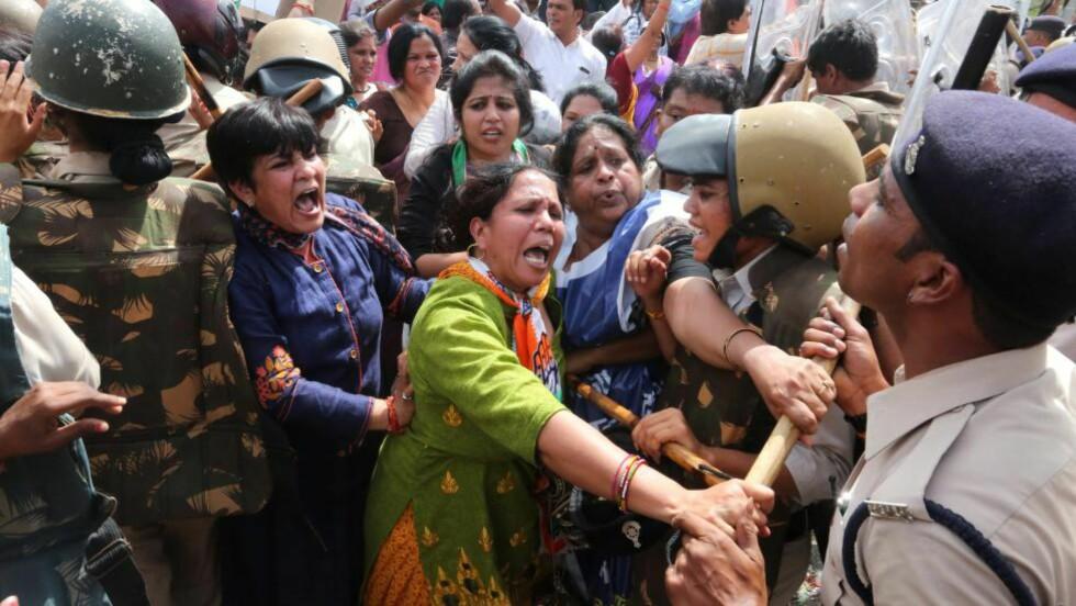 - FLERE HUNDRE ARRESTERT: Kvinner fra Madhya Pradesh-distriktet i India raste mot politiet som forsøkte å stoppe deres demonstrasjon for kvinners rettigheter mandag. Ifølge nettstedet Pradesh 18 ble et hundretall kvinner arrestert. Demonstrantene protesterte mot en stadig økning i kriminalitet mot kvinner i landet. Foto: Sanjeev Gupta/EPA/NTB Scanpix
