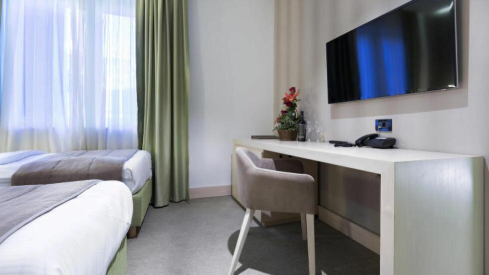 TV-EN FORSVANT: En gjest på et hotell i Tromsø tok med TV-en hjem. Den var riktignok ikke fastmontert til veggen slik TV-en på bildet. Foto: EVILED / SHUTTERSTOCK / NTB SCANPIX