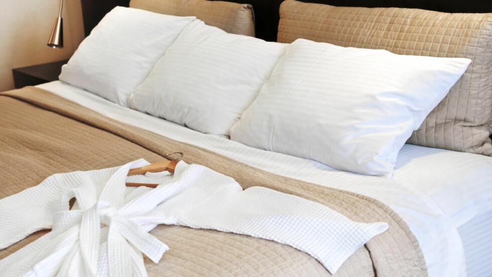 MÅ LIGGE IGJEN: Puter og badekåper er blant gjenstandene du ikke kan ta med deg hjem fra hotelloppholdet uten å betale. Foto: ELENA ELISSEEVA / SHUTTERSTOCK / NTB SCANPIX