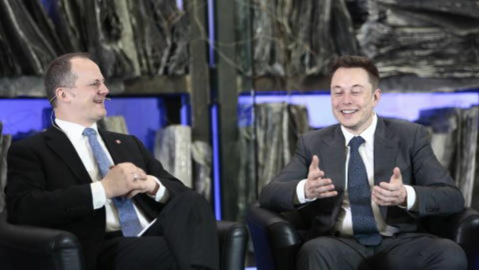 KUNNE IKKE SVARE: Elon Musk snublet og måtte gi opp forsøket på å besvare spørsmål om å flytte Tesla-produksjonen til Norge. Samferdselsminister Ketil Solvik-Olsen kom ham til unnsetning. Foto: Nina Hansen / Dagbladet