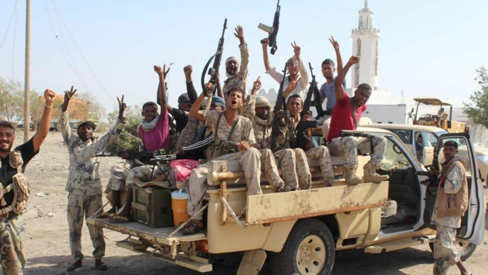 VÆPNET TIL TENNENE: Saudi-støttede styrker som er lojale til presidenten skaper frykt på landsbygda i Jemen. Foto: AFP / NTB Scanpix.