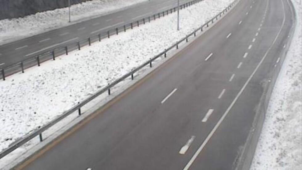 VESTFOLD:  I dag tidlig var det snø på veiene i Vestfold. Dette bildet viser Fokserød ved Sandefjord klokka08.36, hvor snøen på selve veien nå har smeltet. Foto: Statens Vegvesen