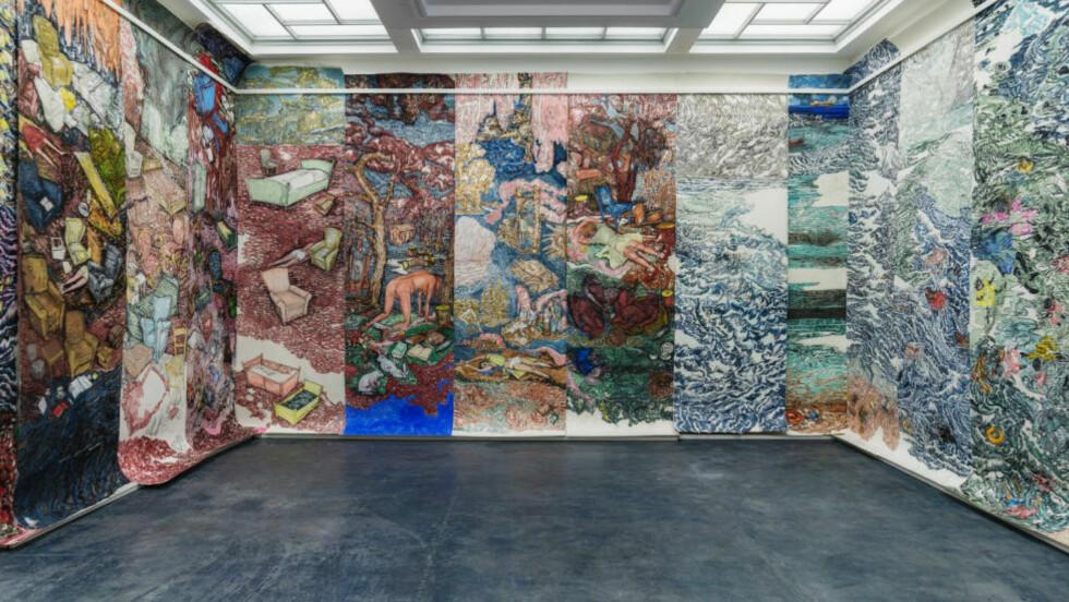 EVENTYR OG VIRKELIGHET: Vanessa Bairds vinnerverk i Trondheim kunstmuseum, «I don't want to be anywhere, but here I am», framstiller sagnfigurer og druknende flykninger. Tegningene dekker tre av rommets vegger, fra gulv til tak. Foto: Anders S. Solberg
