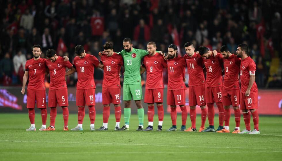 HEDRET PARIS-OFRENE: Spillerne på det tyrkiske landslaget sto skulder ved skulder før kampen mot Hellas i går. Foto: NTB Scanpix