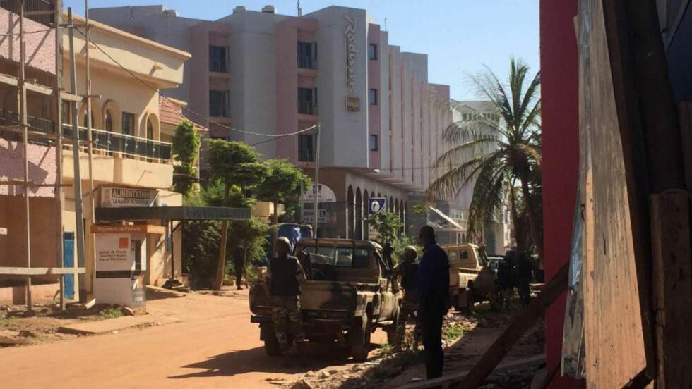 OMRINGET: Maliske soldater har omringet Radisson-hotellet i Bamako, der angripere skal ha tatt 170 gisler. Foto: Sebastien Rieussec / AFP / NTB Scanpix
