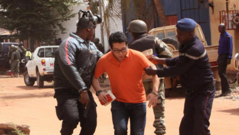 <strong>FRIGITT:</strong> Maliske styrker hjelper et gissel i sikkerhet utenfor Radisson-hotellet i Bamako. foto: Harouna Traore / AP / NTB Scanpix