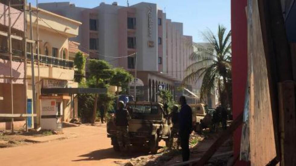 <strong>OMRINGET:</strong> Radisson-hotellet, som ligger i Bamakos diplomatstrøk, er omringet av maliske sikkerhetsstyrker, støttet av FN-soldater og franske tropper. Foto: Sebastien Rieussec / AFP / NTB Scanpix