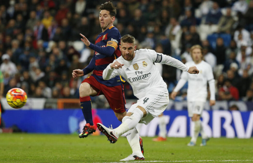 SIER UNNSKYLD: Sergio Ramos, her i duell med Lionel Messi, sier unnskyld og ber fansen om tilgivelse etter 0-4-nederlaget lørdag. Foto: Reuters / Sergio Perez / Livepic / NTB Scanpix