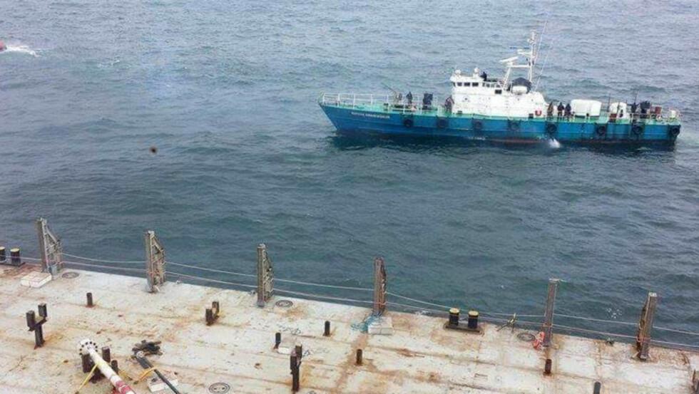 BORDER: Den tidligere norske MTB-en heter nå Nimasa Oweikenighan. Her border de den norske oljeservicebåten «Norman Cutter» utenfor Nigeria. I forgrunnen er lekteren som var fortøyd inntil den norske båten. Foto: Privat