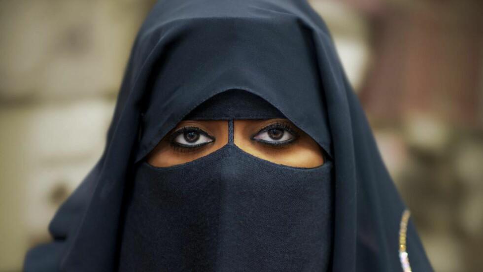 BURKABOT: Denne uka ble det innført en ny lov i Sveits som gjør det forbudt å bære burka i den italienskspråklige kantonen Ticino. Her en kvinne fra oman som bærer niqab. Foto: NTB Scanpix
