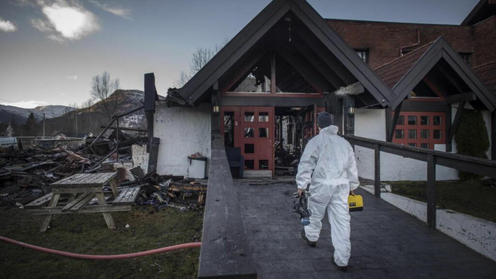 BRANT: Administrasjonsbygget på Hemsedal statlige asylmottak brant ned til grunnen og politiet gjør nå undersøkelser på branntomta. Foto: Øistein Norum Monsen / Dagbladet