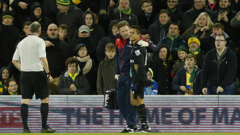 IKKE SJANS: Alexis Sanchez pådro seg en strekk på baksiden av låret. Men i forkant av kampen skal Arsene Wenger ha visst at Alexis hadde et problem med hamstringen. Foto: Reuters / John Sibley