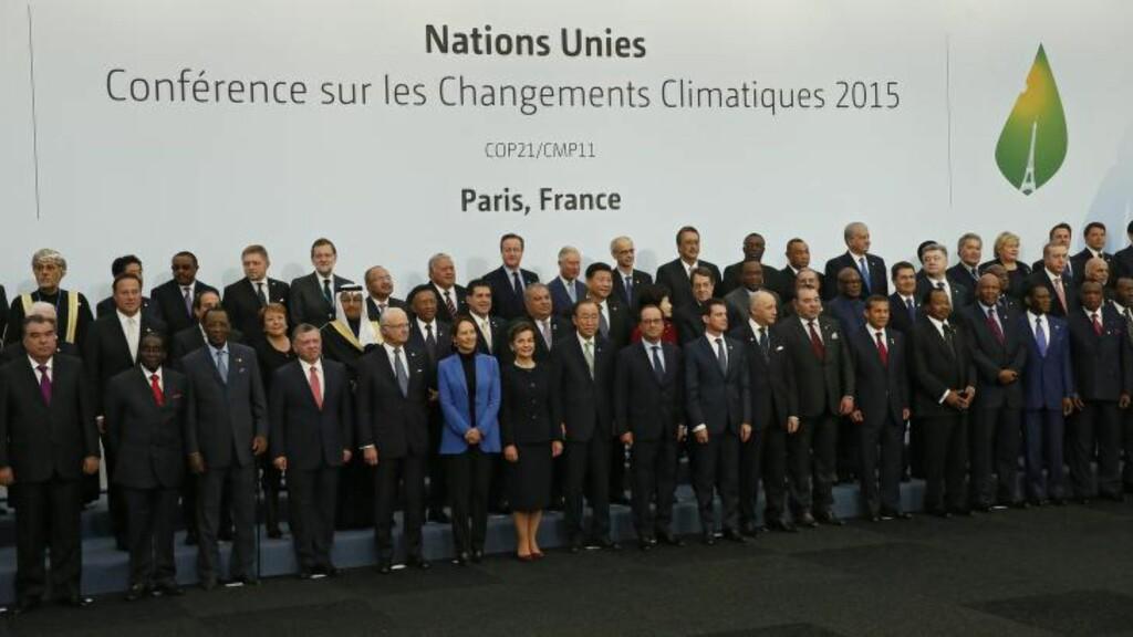 SAMLET: Verdenslederne poserer for fotografene under åpningsdagen av klimatoppmøtet i Paris. Foto: Ian Langsdon / EPA /MAXPPP OUT / NTB scanpix