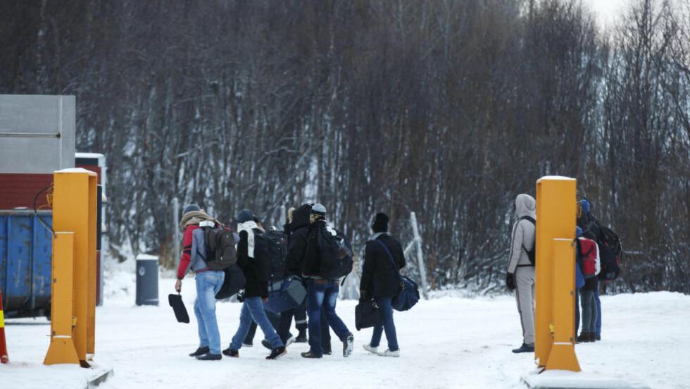 KRYSSER I KULDA: En gruppe asylsøkere  på Storskog grensestasjon på den norsk-russiske grensen tidligere i november. Foto: Cornelius Poppe / NTB scanpix