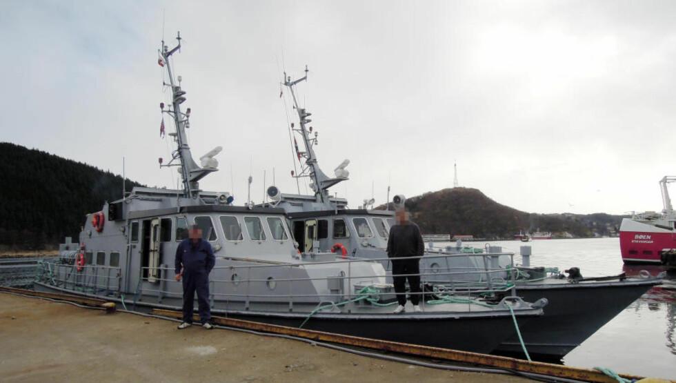 PÅ VEI: De to tidligere skoleskipene KNM Hessa og KNM Vigra ble solgt i 2012 og brukes nå av et sikkerhetsselskap i Kamerun. Her bunkrer de i Egersund før avreisen. Foto: Privat