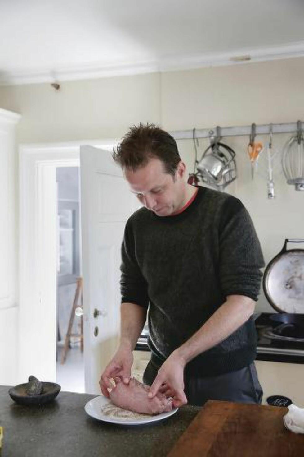 UTEN EN TRÅD: Andreas Viestad bruker verken hyssing eller nett når han steker roastbiff. Foto: METTE RANDEM/DEN STORE KJØTTKOKEBOKA