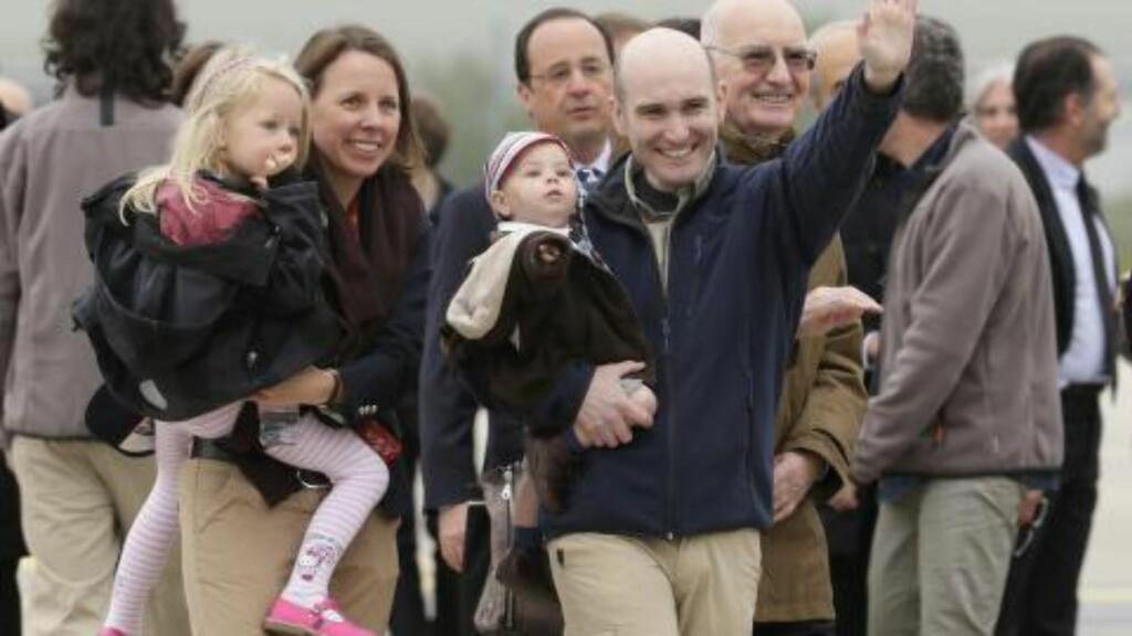 - IKKE BOMB IS: Den franske journalisten Nicolas Henin ble tatt som IS-gissel i Syria i juni 2013, og ble sluppet fri i april i år, hvor han ble møtt av familien sin. Franskmannen tror ikke bombekampanje mot IS er riktig strategi. Foto: AFP / KENZO TRIBOUILLARD