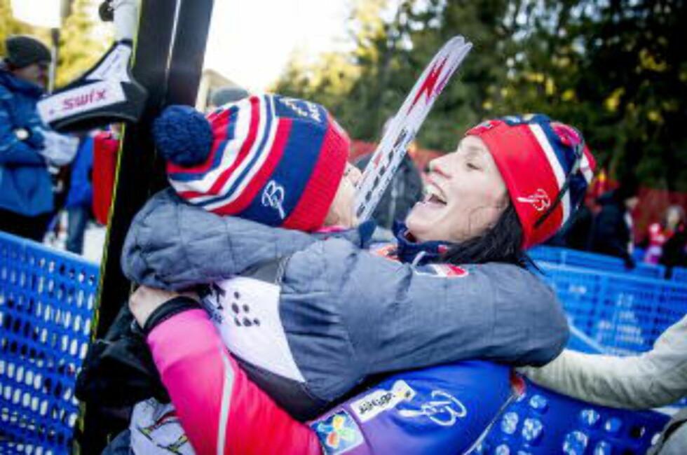 HYLLEST: Heidi Weng var bare en av mange som hyllet dronninga Marit Bjørgen etter seieren i Tour de Ski sist vinter. Foto: Thomas Rasmus skaug