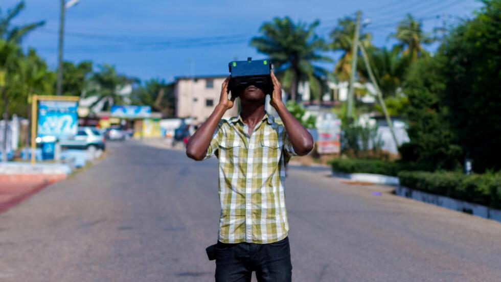 MOBIL FREMTID: Sci-fi-forfatter og VR-gründer Jonathan Dotse fra Accra i Ghana tror den store fremtiden for virtuell virkelighet ligger i å koble den mot mobilteknologi. - Jeg tror spillstasjoner er et nisjemarked. Folk flest er interessert i enheter de kan ta med seg over alt, som vil gi dem muligheten til å entre et nytt miljø. Foto: Mawuli Adjabeng