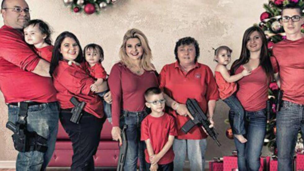 GOD JUL: Republikaneren Michele Fiore la ut dette julekortet på Facebook. I bildeteksten har hun skrevet hva slags type våpen de ulike familiemedlemmene poserer med. Barnebarnet Jake (5) bærer en Walther P22. Foto: Privat