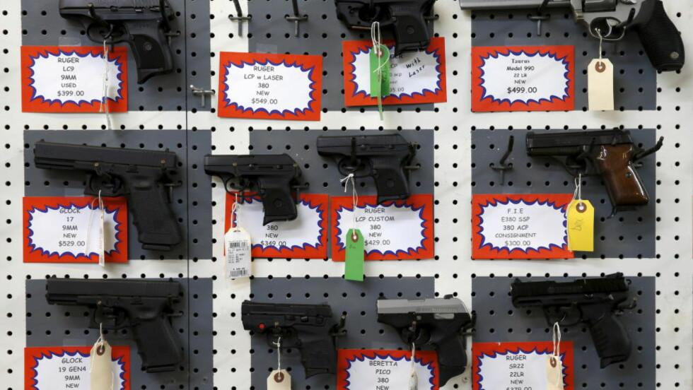 TV-SHOPPING: Med TV-kanalen «GunTV» som blir lansert i januar kan amerikanere kjøpe våpen på nett som blir utlevert av lokale våpenforhandlere. Bildet er fra Roseburg Gun Shop i Roseburg, Oregon, USA. Foto: Lucy Nicholson / Reuters / NTB scanpix.
