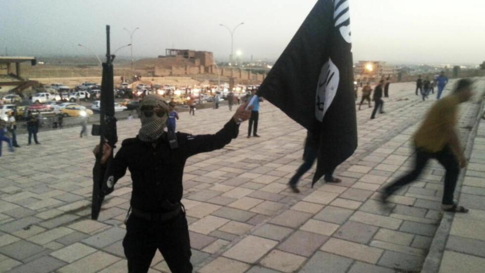 - VÅPEN FRA 25 LAND: Gjennom ekspertanalyser av flere tusen verifiserte videoer og bilder kartlegger Amnesty IS' bruk av våpen som er produsert og utviklet i minst 25 land. Dette bildet viser en IS-kriger i Mosul i 2014. Foto: REUTERS / Stringer / NTB Scanpix