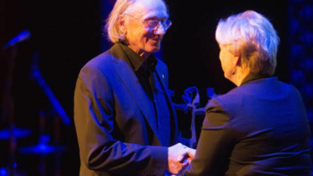 HEDERSPRIS: Brageprisen 2015 ble delt ut tirsdag på Dansens Hus i Oslo. Hedersprisen til Einar Andreas Økland.  Kulturminister Thorhild Widvey delte ut prisen. Foto: Terje Bendiksby / NTB scanpix